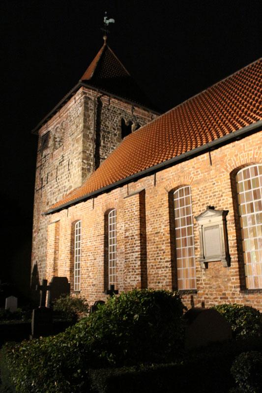 die St. Laurentius-Kirche in der Dämmerung